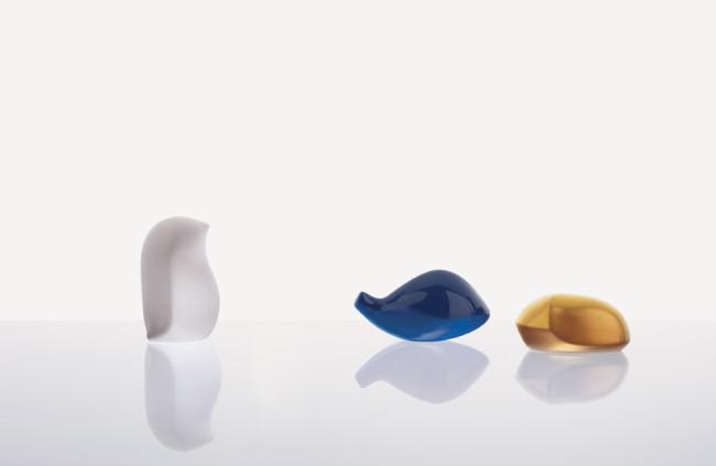 Sebastian Herkner, Compagno Beetle, oro verde matt, 6x4x3 cm; Fish, blu pavone lucido, 6x3x3 cm; Bird, rosa cipria satinato, 4x4x6 cm, Bosa Ceramiche