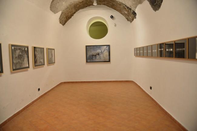 Ugo Marano. Sculture, disegni, dipinti, performance 1966-2011, veduta dell'allestimento Sala ellissi, FRAC – Museo/Fondo Regionale Arte Contemporanea di Baronissi, Baronissi (SA) Courtesy FRAC