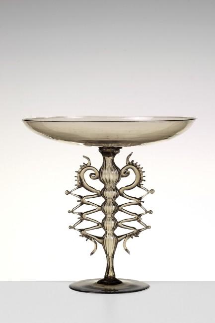 Coppa in vetro fumè su stelo rigadin con manici applicati a zigzag, con morisia Venezia, Compagnia Venezia Murano, 1878 Museo del Vetro, Murano