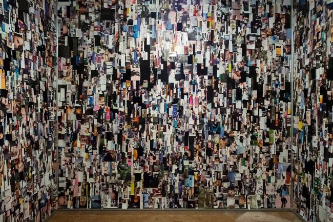 Clara Luiselli, Oracle Room, installazione con ritagli di giornale, ami, rete, 2015