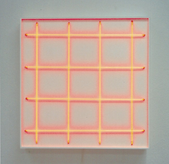 François Morellet,  4 néons 0° - 4 néons 90° avec 2 rythmes interférents, 1972, acrilico su legno e neon rosso, 80x80 cm Courtesy A arte Invernizzi, Milano