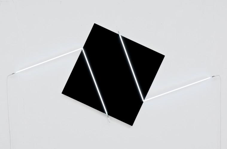 François Morellet, Contresens n°1, 2014, acrilico su tela su legno e neon bianco, 133x274 cm Courtesy A arte Invernizzi, Milano