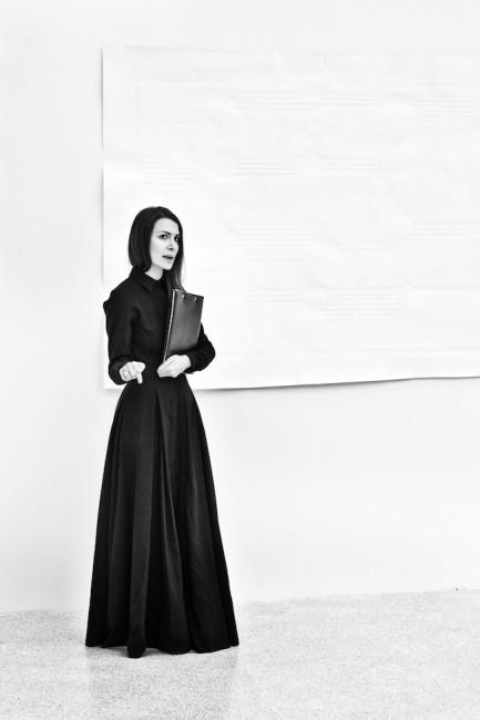 Chiara Fumai mentre spiega 'Gli Anarchici non archiviano' di Rossella Biscotti. Courtesy le artiste e Fondazione Museion.Foto Gianluca Turatti