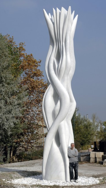 Pablo Atchugarry con la scultura Cosmic embrace, 2011, marmo statuario di Carrara, 800 cm