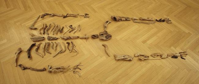 Sissi, Il naufrago ondeggia ubriaco perdendo la testa, 2012, frammenti di legno restituiti dal mare, ph. Matteo Monti, courtesy MAMbo. Museo d'Arte Moderna di Bologna