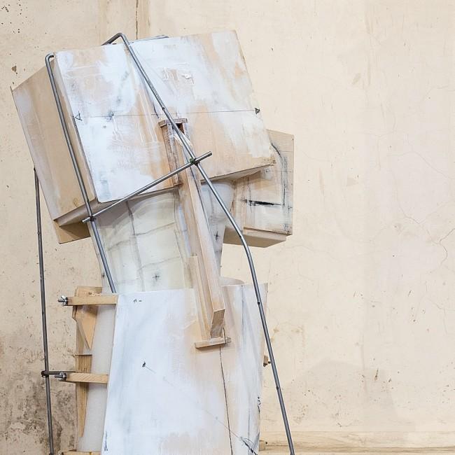 Vincenzo Rusciano, Passaggio #1, 2014, jesmonite, legno, ferro, vernice, grafite, 210x45x45 cm Foto Danilo Donzelli