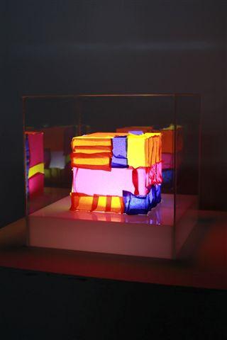 Manuela Bedeschi, Cubo colorato, 2014, neon e plexiglass, 30x30x30 cm
