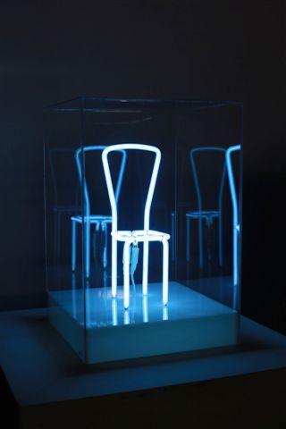 Manuela Bedeschi, Pausa azzurra, 2013, neon e plexiglass, 45x30x30 cm