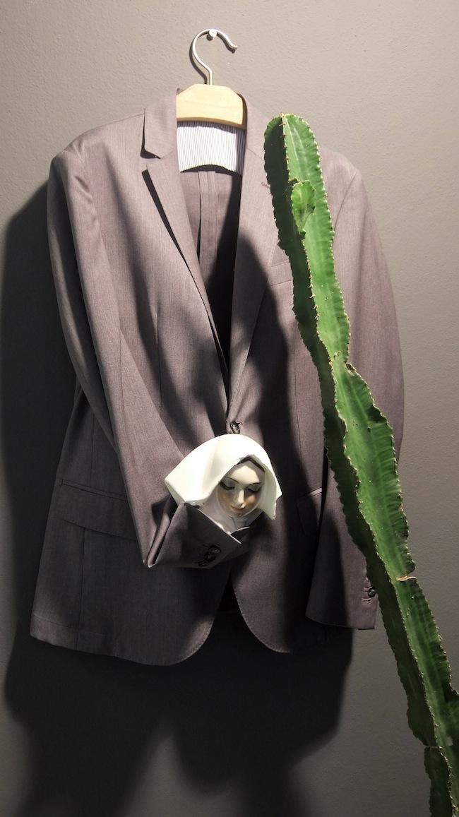 La prigioniera del cactuscactus, 2015, giacca, testa in ceramica, misure variabili