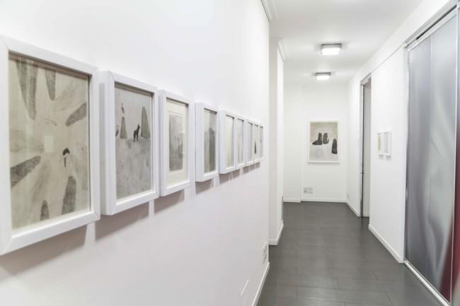 Elisa Bertaglia. Bindwood, veduta della mostra (in fondo al corridoio Phenix #6, olio, carboncino e grafite su tela), Banca Sistema, Milano Foto di Andrea Sartori