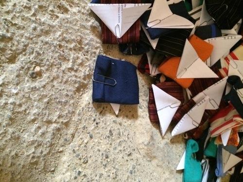 Giorgia Valmorri, Portati dal vento, installazione site specific, semi, stoffa, graffette, carta, misure complessive d'ambiente