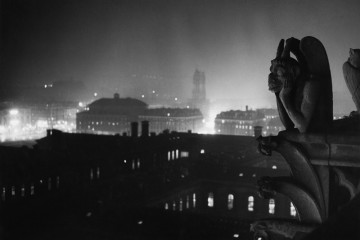 Brassaï, Veduta notturna su Parigi da Notre-Dame, 1933-1934 © Estate Brassaï