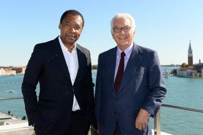 Okwui Enwezor e PaoloBaratta. Okwui Enwezor Photo: Giorgio Zucchiatti    Okwui Enwezor Direttore del settore Arti Visive – la Biennale di Venezia Director of the Visual Arts section – la Biennale di Venezia  Curatore della 56. Esposizione Internazionale d'Arte All The World's Futures