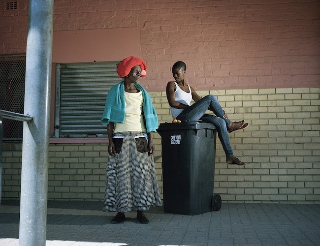 Notzitsetse Ghana and the girl, Dunoon, Cape Town, 2014, Inkjet fine-art print su carta cotone, cm 80x100, 5+1a.p. II, Courtesy The Format gallery, Milano e artista