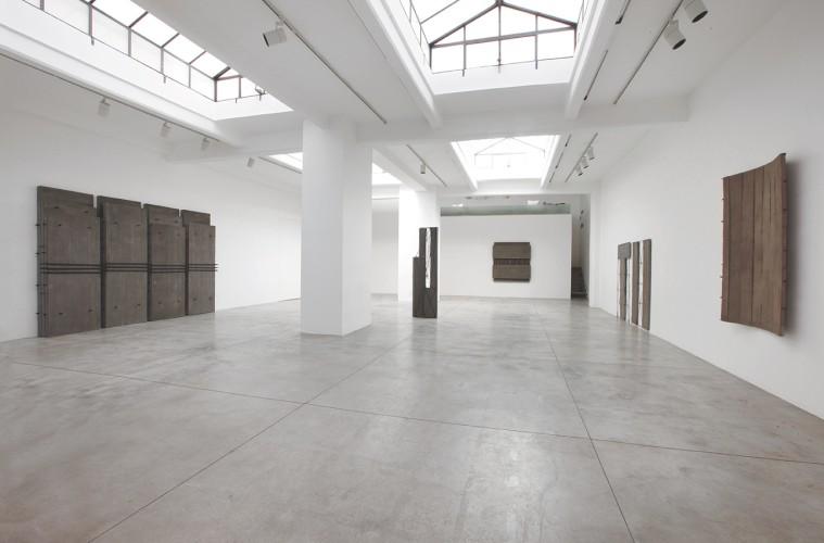 Giuseppe Uncini. Cemento e cemento disegnato. Opere dal 1958 al 2008, veduta della mostra, Cardi Gallery, Milano