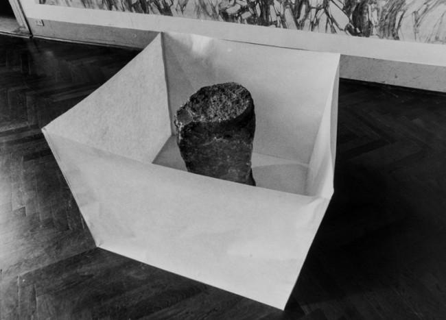 Susumu Koshimizu, Paper, 1969, carta, pietra Foto di Enrico Cattaneo