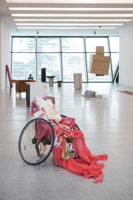 Isa Genzken, Untitled, 2006, Sedia, ruote, carta a specchio, tessuto, nastri, nastro adesivo, lacca. Collezione Museion. Foto Luca Meneghel