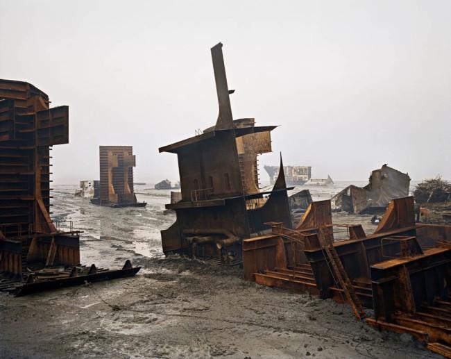 Edward Burtynsky, Shipbreaking #10, Chittagong, Bangladesh, 2000, demolizione di navi #10, digital C-print, 157.5×132 cm © Edward Burtynsky Courtesy Nicholas Metivier Gallery, Toronto/Gallerie Springer, Berlin