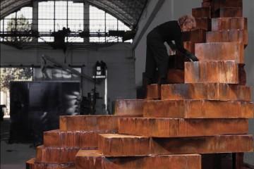 """2008, Maria Cristina Carlini lavora sull'opera """"La città che sale"""" esposta in permanenza alla Fiera di Milano Rho Foto © Adriana Ferrari"""
