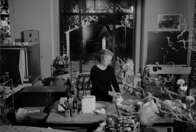 Maria Cristina Carlini al tavolo di lavoro nello studio di Milano