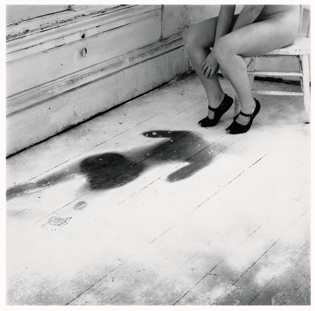 Francesca Woodman Untitled, Providence, Rhode Island, 1976/1999 S/W-Silbergelatineabzug auf Barytpapier / Black-and-white gelatin silver print on barite paper © Courtesy George and Betty Woodman, New York / SAMMLUNG VERBUND, Wien