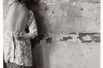 Francesca Woodman, Untitled, New York, 1979/2001 Schwarz-Weiß-Silbergelatineabzug auf Barytpapier/ Black-and-white gelatin silver print on barite paper © Courtesy George and Betty Woodman, New York / SAMMLUNG VERBUND, Wien