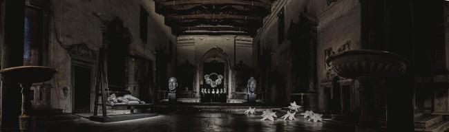 Foto panoramica dell'allestimento a Pietrasanta, Chiesa di Sant'Agostino; da sinistra: Apatheia, 2009, bronzo, 290x99x355; Kontemplation 1, 2007, bronzo, 259x125x95 cm; Apokatastasis, 2012, (sette busti in bronzo): Kontemplation 2, 2011, bronzo, 248x132x95 cm; I gigli del silenzio (in sette esemplari), 2010, bronzo e alluminio, 30x86x95 cm
