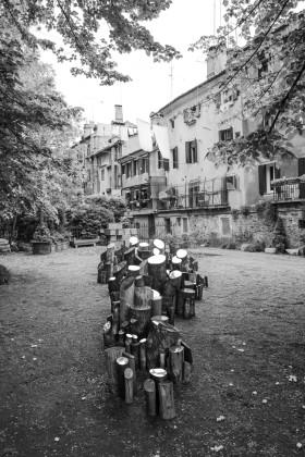 Ivan Barlafante, Il Bosco, 2015, legno e acciaio, dimensioni variabili, Courtesy l'artista e Galleria Michela Rizzo, Venezia. ph credit Yuma Martellanz