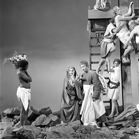 Paul Ronald, Fotografia di scena del film La ricotta: allestimento sulla base delle pale d'altare della Deposizione di Rosso Fiorentino al centro Laura Betti