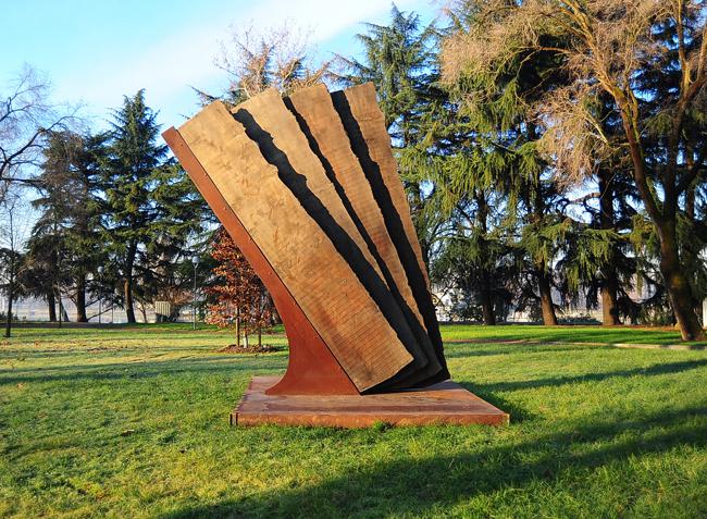 Maria Cristina Carlini, Vento, 2013, legno di recupero, acciaio corten, cm 430x300x100 ©Mimmo Capurso