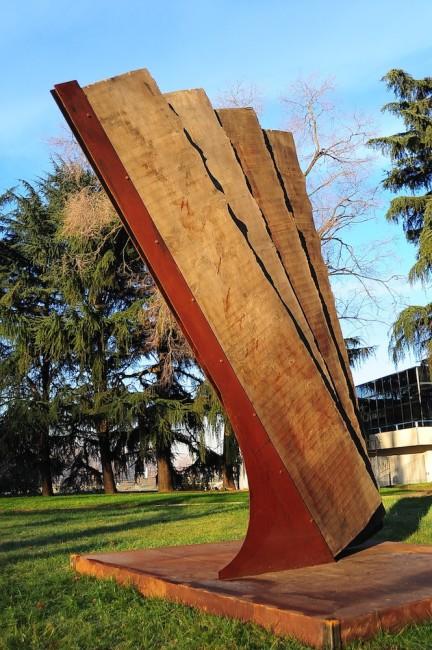 Maria Cristina Carlini, Vento, 2013, legno di recupero e acciaio corten, 430x300x100 cm Foto © Mimmo Capurso