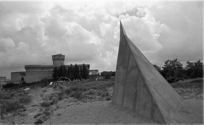 Mauro Staccioli, Piramide, 1973 Foto Fabio Fiaschi