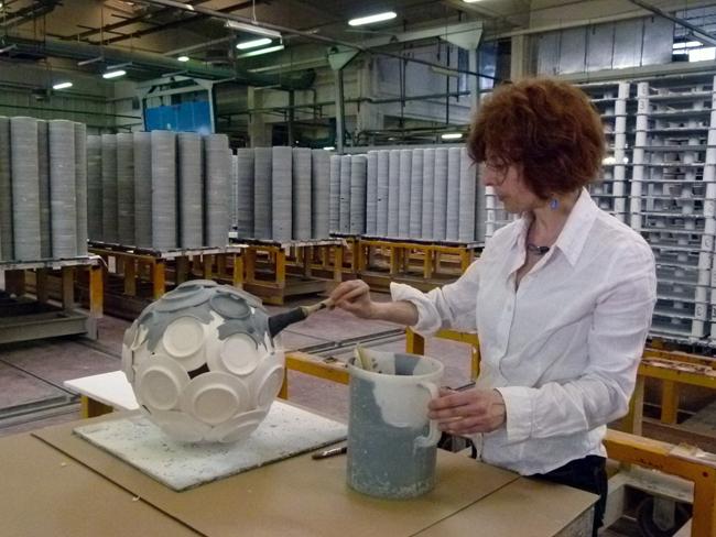 Matilde Domestico al lavoro nel Reparto smalteria dell'industria IPA