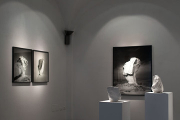 Darren Harvey-Regan, The Erratics, veduta della mostra, Courtesy l'artista e Galleria Passaggi, Pisa