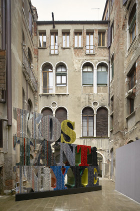 "veduta installazione della mostra Ahmet Gunestekin ""Million Stone"", Venezia, 2015. Foto: Cemal Emden"