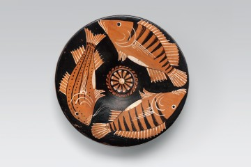 Piatto apulo a figure rosse: pesci, Da Ruvo di Puglia (BA), Officina del Pittore di Baltimora, 325-300 a.C., Ceramica, alt. 5.3 cm, diam. orlo 21 cm, Vicenza, Collezione Intesa Sanpaolo, inv. 104