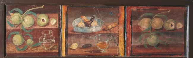 Pittura: natura morta con pesche e vaso di vetro Da Ercolano, Casa dei Cervi, 45-79 d.C., affresco, alt. 46 cm; largh. 127 cm, Napoli, Museo Archeologico Nazionale, inv. 8645A