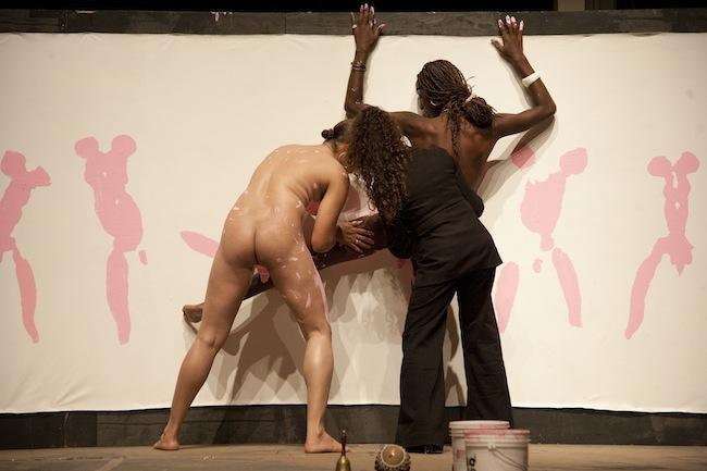 Rosado bravo, arrecho y enfurecido, 2009 Performance Presentado en la XX Bienal Internacional de la Habana, 2010 Participan Kiriam y Pititza Fotografía: Vladimir Marcano Archivo documental de la artista