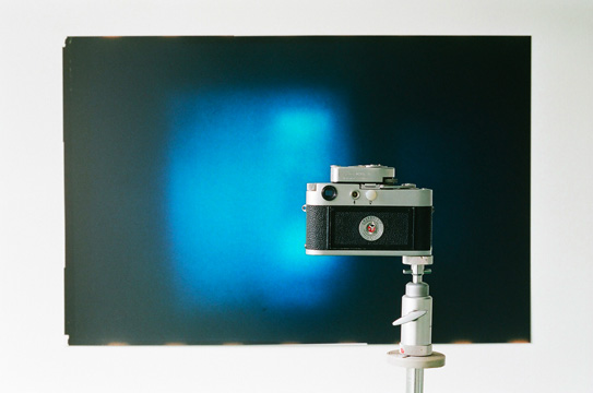 Heinz Brand, Letztes Bild [Last Picture], 1968-87, two-part installation, photograph shot through gilded lens, camera, tripod, photo, 105.5x162.5 cm Courtesy Sammlung Ricola Photo Eva-Christina Meier, 2009, Volksfreund