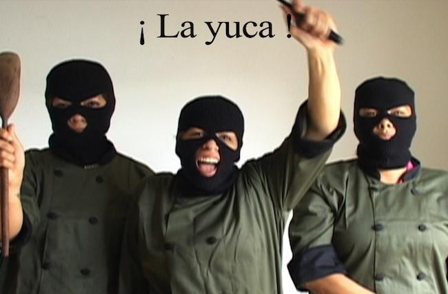 """¡Dó là van hóa! Primer comunicado del Frente de Liberación Cultural María Moñitos (traducción del vietnamita: ¡Esto sí es cultura!) Videoperformance de 2' 13"""", 2008-2010, tres fotogramas"""