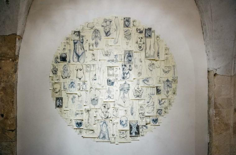 Piero Roccasalvo, Rub Humani Corporis Fabrica, 2015, installazione site specific, dimensioni variabili, tecnica mista su carta, palatina