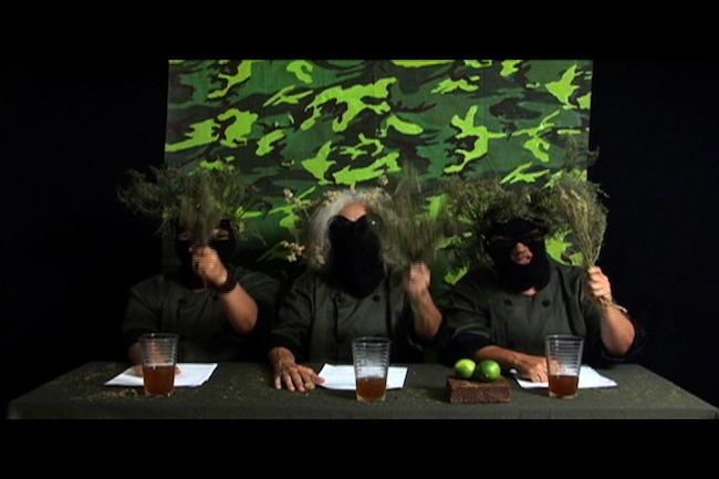 "Segundo comunicado del Comando María Moñitos: ¡Sí nos importa el bledo! Videoperformance, 13' 36"", 2012, dos fotogramas"