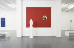 Veduta della mostra, in primo piano opere di Fabio Viale, senza titolo (Madonna), marmo bianco, cm 31x71x18,5, 2015 e Luigi Ontani, foto in ceramica (ceramiche Gatti), cm 54x46x5cm ca., 2015, courtesy Galleria Giovanni Bonelli