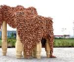 Alberto Gianfreda, Tavola di condivisione, 2015, legno, terracotta e alluminio, 200x250x200 cm