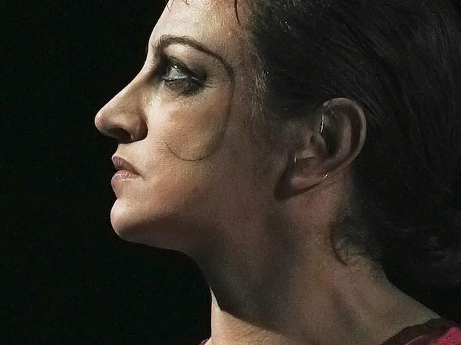 Claudia Contin Arlecchino interpreta Cassandra di Christa Wolf in Il Comportamento Ridisegnato Credit Luca Fantinutti