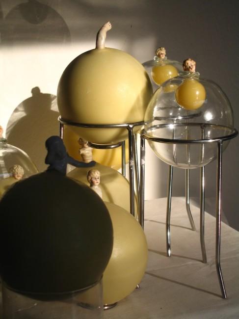 Beatrice Pasquali, Diorama della nursery, 2011, maiolica, vetro, cera, fiato e acciaio, dimensioni ambientali