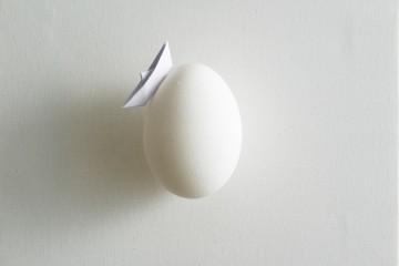 Riccardo Gusmaroli, Uovomondo, 2015, barche di carta su tela, uovo, 20x20 cm Courtesy Galleria Glauco Cavaciuti