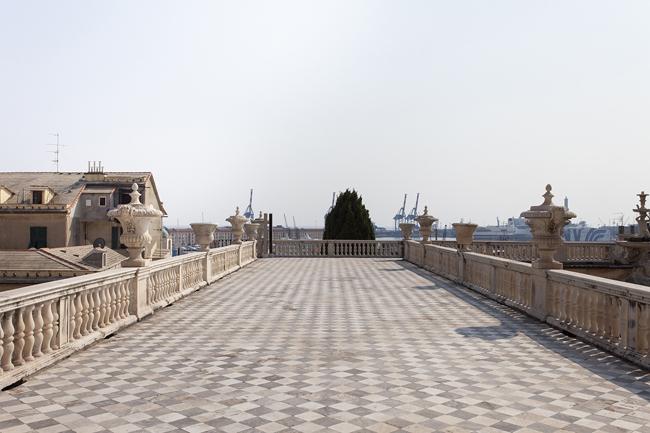 Palazzo Reale, veduta della terrazza del secondo piano verso il porto, foto Giovanna Silva (da ÔÇ£Follow me. Susan Philipsz a Genova, Humboldtbooks, 2015)