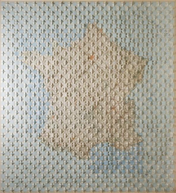 Riccardo Gusmaroli, Francia piegata, 2000, carta geografica piegata, 183x168 cm Courtesy Galleria Glauco Cavaciuti