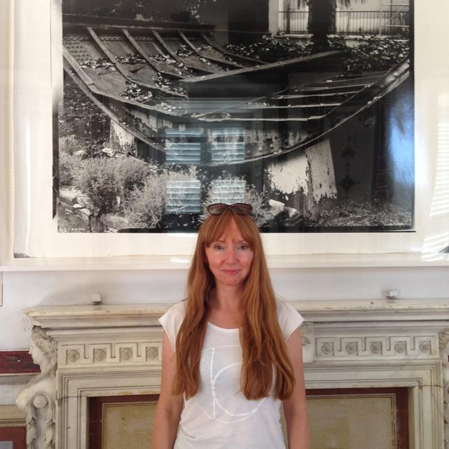 Susan Philipz con alle spalle un'immagine della nave Elettra